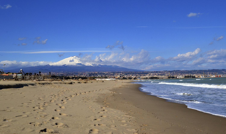 Etna vicino al mare